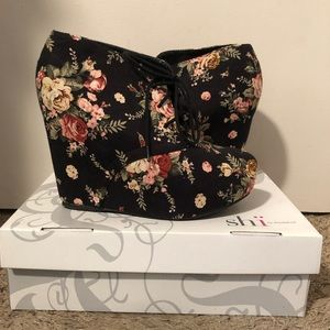 Shi by JOURNEYS Shoes - Floral wedge heel